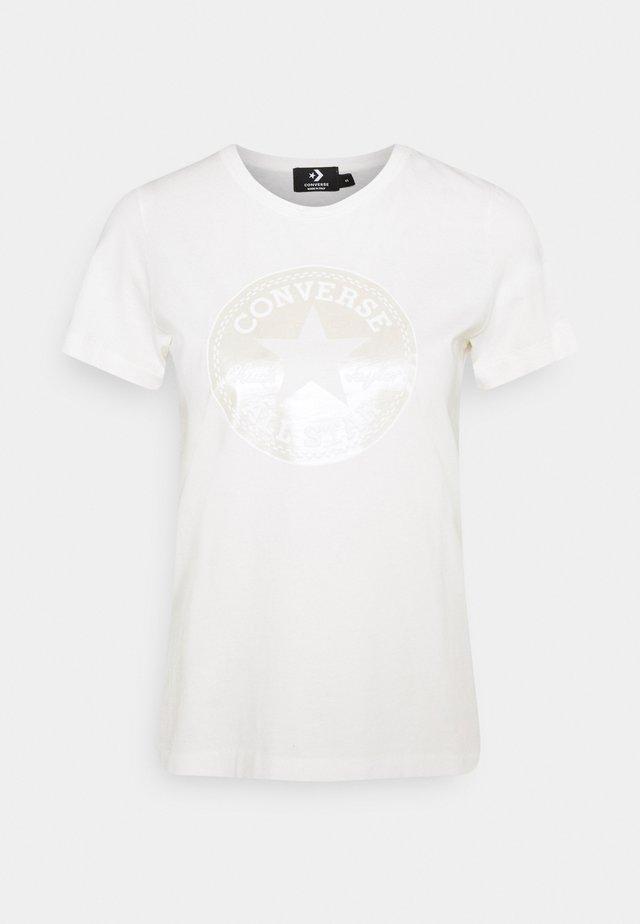 CREW CHUCK PATCH - Print T-shirt - egret