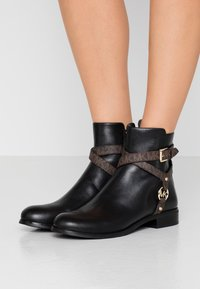 MICHAEL Michael Kors - PRESTON FLAT BOOTIE - Korte laarzen - black/brown - 0