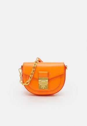 PATRICIA CROSSBODY MINI - Sac bandoulière - persimmon orange