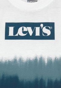 Levi's® - GRAPHIC  - Print T-shirt - white - 2