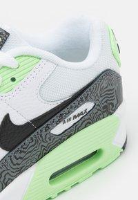 Nike Sportswear - AIR MAX 90 UNISEX - Sneakersy niskie - white/black/vapor green - 5