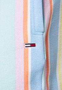 Tommy Jeans - STRIPE SHORT - Shorts - light powdery blue - 4