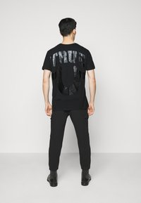True Religion - CREW ALLOVER LOGO  - Camiseta estampada - black - 2