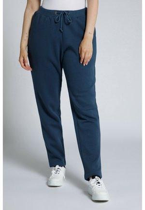 GROSSE GRÖSSEN KUSCHELWEICHE INNENSEI - Tracksuit bottoms - mattes jeansblau
