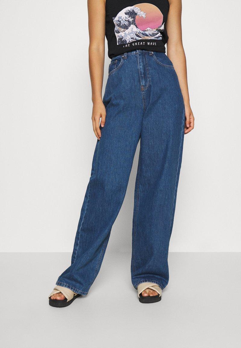 NA-KD - WIDE LEG  - Jeansy Straight Leg - mid blue