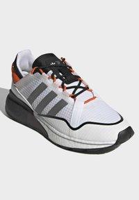 adidas Originals - ZX 2K BOOST PURE - Tenisky - ftwr white grey three orange - 1
