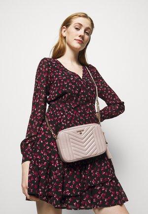 JET SET CHARMMD BAG - Sac bandoulière - soft pink