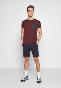 Pier One - Print T-shirt - bordeaux - 1
