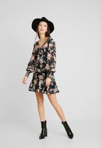 Forever New - INEZ LONG SLEEVE RUFFLE DRESS - Vestido informal - black - 1