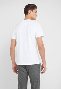 Barbour - LOGO  - Jednoduché triko - white - 2