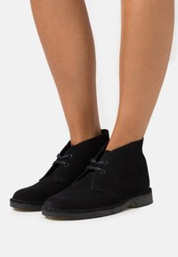 Clarks Originals - DESERT BOOT - Nauhakengät - black - 0
