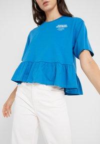 Opening Ceremony - RUFFLE PEPLUM TEE - Print T-shirt - cobalt blue - 6