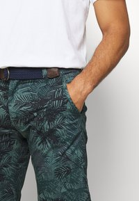s.Oliver - Shorts - metal green - 4