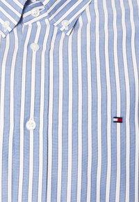 Tommy Hilfiger - BOLD STRIPE REGULAR FIT - Shirt - copenhagen blue/ivory /yale navy - 6