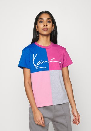 SIGNATURE BLOCK TEE - Print T-shirt - dark pink