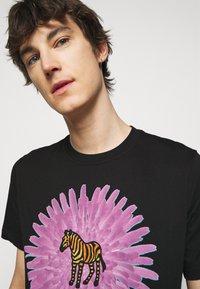 PS Paul Smith - MENS REG FIT FLOWER ZEBRA UNISEX - Print T-shirt - black - 3