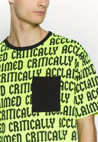 Cayler & Sons - CRITICALLY ACCLAIMED SEMI BOX TEE - T-shirts med print - volt/black - 5