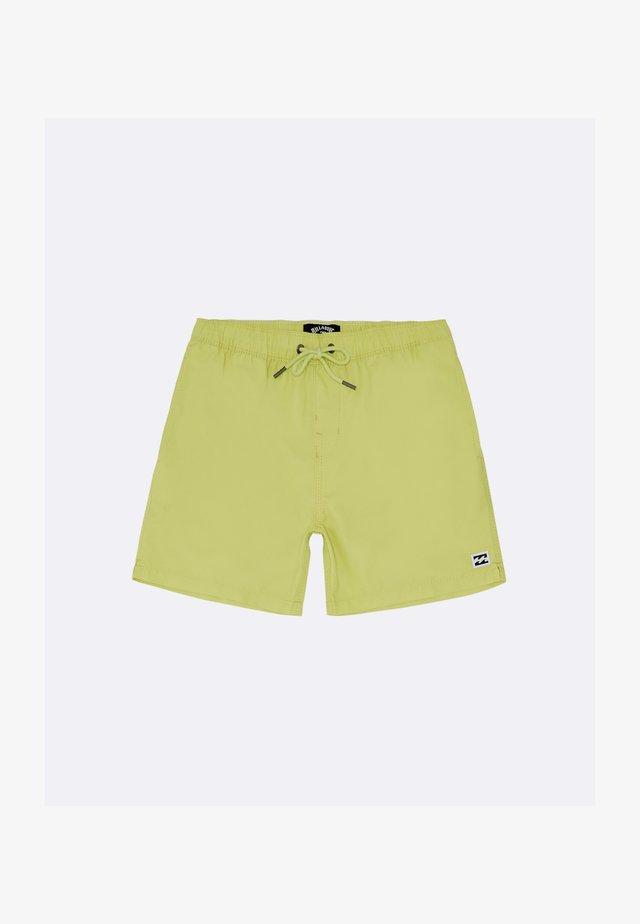ALL DAY LAYBACKS  - Shorts da mare - neon yellow