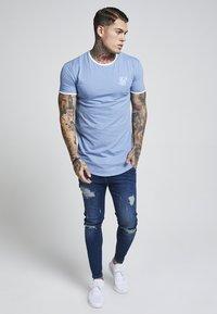 SIKSILK - HERITAGE GYM TEE - T-shirts print - faded denim - 0