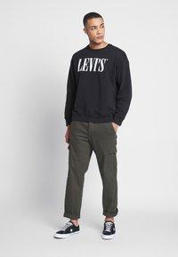 Levi's® - RELAXED GRAPHIC CREWNECK - Sweatshirt - black - 1