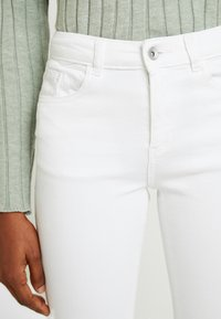 b.young - LOLA LUNI  - Slim fit jeans - optical white - 4