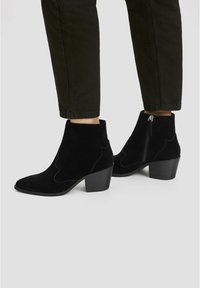 PULL&BEAR - LEDERSTIEFELETTEN IM COWBOYLOOK 11062540 - Cowboy/biker ankle boot - black - 1
