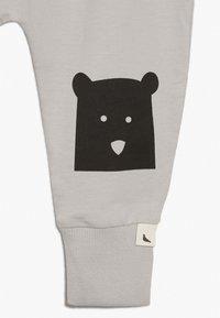 Turtledove - BEAR KNEE HAREMS - Pantalon de survêtement - grey - 3