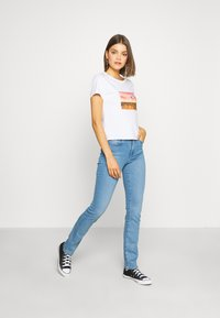 Levi's® - GRAPHIC SURF TEE - T-shirt med print - white - 1