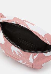 McQ Alexander McQueen - HYPER WAIST BAG - Vyölaukku - pink - 2