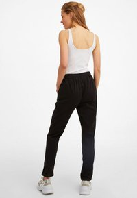 OXXO - MIT ELASTISCHEM GUMMIZUGBUND - Trousers - black - 2