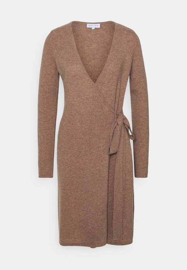 WRAP OVER DRESS - Stickad klänning - mink