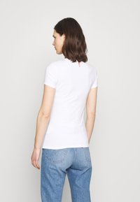 Guess - REBECCA TEE - Camiseta estampada - true white