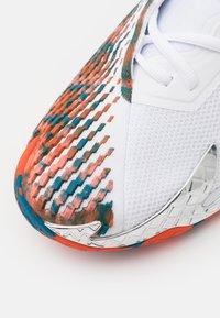 Nike Performance - AIR ZOOM VAPOR CAGE 4 - All court tennisskor - white/team orange/green abyss - 5
