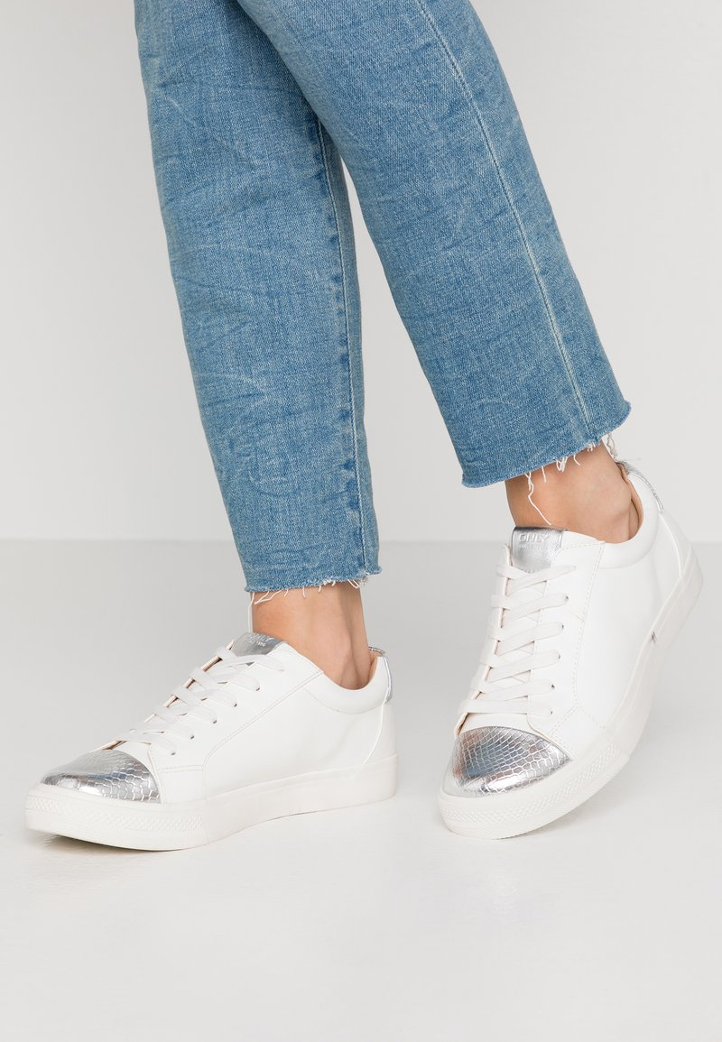 ONLY SHOES - ONLSKYE CROC TOE CAP - Sneakers basse - white