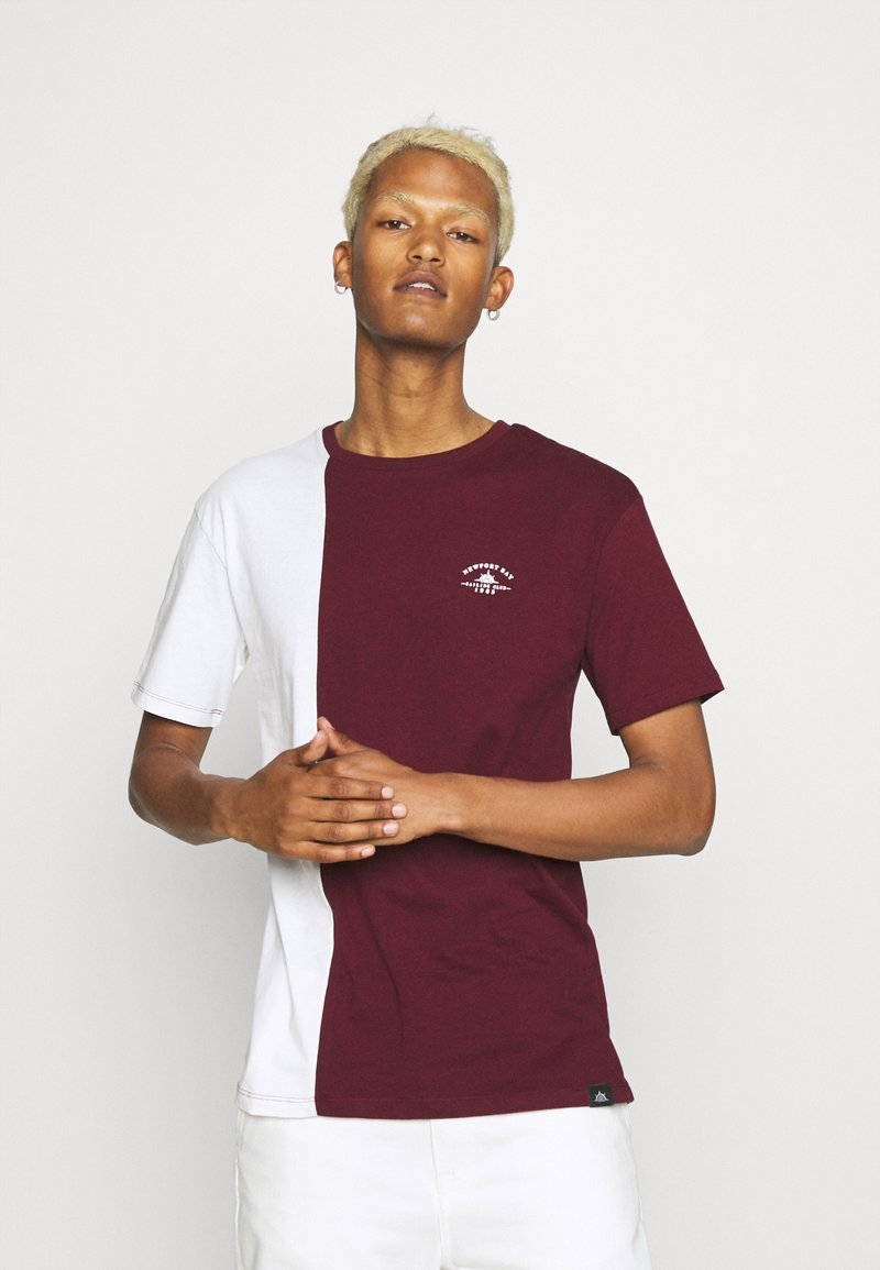Newport Bay Sailing Club - SPLIT - Print T-shirt - burgundy/white