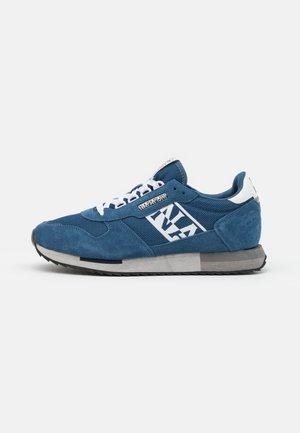 Sneakers - avio