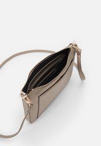 PARFOIS - CROSSBODY BAG FAME - Across body bag - silver - 2