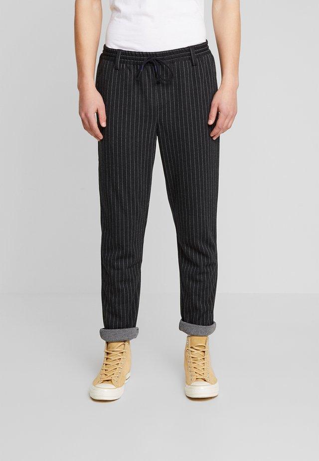 AKBASU PANTS - Spodnie materiałowe - dark grey/black