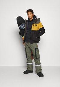 Brunotti - KENNETH MENS JACKET - Snowboard jacket - black - 1