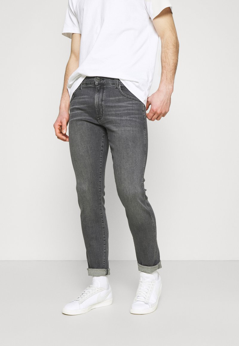 Wrangler - LARSTON - Jeans slim fit - husky black