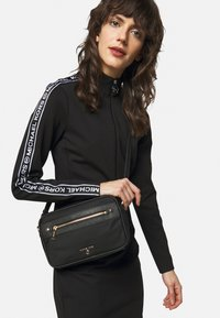 MICHAEL Michael Kors - JET SET CROSSBODY - Bandolera - black - 1