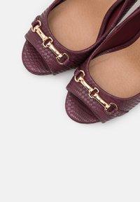 Wallis - CRAVE - Peeptoe heels - berry - 5