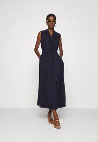 IVY & OAK - LAPEL COLLAR DRESS ANKLE LENGTH - Shift dress - navy blue - 1