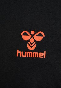 Hummel - ACTION  - Print T-shirt - black/fiesta - 3
