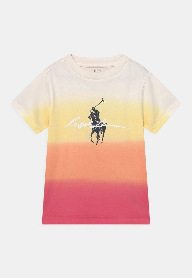 T-shirt print - classic peach