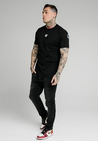 SIKSILK - BACK PRINT TEE - Camiseta estampada - black - 1