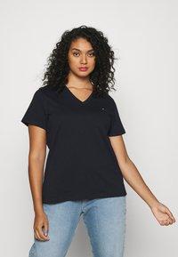 Tommy Hilfiger Curve - NEW V NECK TEE - Basic T-shirt - desert sky - 0