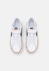 Nike Sportswear - COURT LEGACY  - Sneakers laag - white/black/desert ochre/light brown - 3