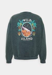 Kaotiko - CREW TIE DYE WILD ISLAND - Sweatshirt - mucha arena verde bosque - 1