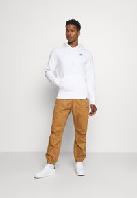 New Balance - ESSENTIALS EMBROIDERED HOODIE - Sweatshirt - white - 1